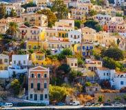 Γραφικά ζωηρόχρωμα σπίτια, παρόμοια με τη μαριονέτα symi νησιών της Ελλάδας Στοκ Φωτογραφία