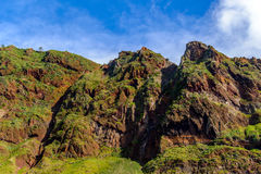 Γραφικά και μεγαλοπρεπή πράσινα βουνά της Μαδέρας, Πορτογαλία Στοκ Φωτογραφία