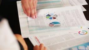 Γραφικά πρότυπα στοιχείων στον πίνακα με τους επιχειρηματίες που αναλύουν τους απόθεμα βίντεο