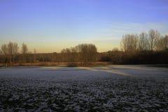 Γραφική άποψη πέρα από έναν χιονισμένο τομέα Στοκ φωτογραφία με δικαίωμα ελεύθερης χρήσης