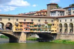 Γραφική άποψη σχετικά με ζωηρόχρωμο Ponte Vecchio πέρα από τον ποταμό Arno στη Φλωρεντία, Ιταλία Στοκ Φωτογραφία