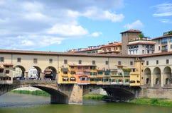 Γραφική άποψη σχετικά με ζωηρόχρωμο Ponte Vecchio πέρα από τον ποταμό Arno στη Φλωρεντία, Ιταλία Στοκ εικόνες με δικαίωμα ελεύθερης χρήσης