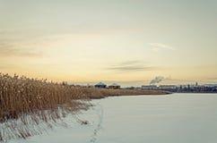Γραφική άποψη σχετικά με τον παγωμένο ποταμό Στοκ εικόνα με δικαίωμα ελεύθερης χρήσης