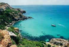 Γραφική άποψη της μπλε καθαρής θάλασσας, των βράχων και των πράσινων δέντρων   στοκ φωτογραφία με δικαίωμα ελεύθερης χρήσης