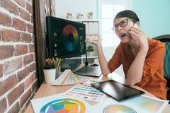 Γραφική γυναίκα σχεδιαστών που χρησιμοποιεί το κινητό τηλέφωνο κυττάρων Στοκ Εικόνες