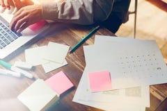 Γραφική εργασία και εργασία υπολογιστών Άτομο με τη συνεδρίαση lap-top από τον πίνακα στο γραφείο σοφιτών Στοκ Φωτογραφίες