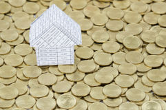 Γραφική εργασία ως σπίτι στο σωρό των χρυσών νομισμάτων Στοκ εικόνες με δικαίωμα ελεύθερης χρήσης