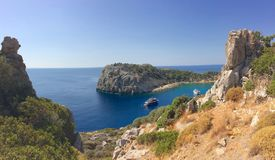 Γραφική θέση Faliraki Ελλάδα Ρόδος κόλπων του Anthony Quinn στοκ φωτογραφία με δικαίωμα ελεύθερης χρήσης