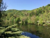 Γραφική κοιλάδα ποταμών μια φωτεινή ασυννέφιαστη θερινή ημέρα Στοκ Φωτογραφίες