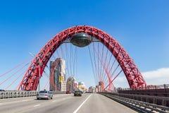 Γραφική κόκκινη γέφυρα πέρα από τον ποταμό της Μόσχας, οδική πλάγια όψη Στοκ Εικόνες