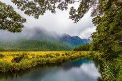 Γραφική λίμνη στις ομίχλες στοκ εικόνα με δικαίωμα ελεύθερης χρήσης