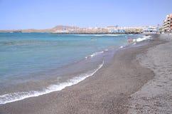Γραφική μαύρη παραλία χαλικιών σε Las Galletas στο νότο Tenerife Στοκ Φωτογραφίες