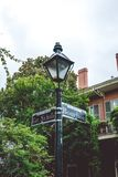 Γραφική οδός μπέρμπον Η διατομή των οδών στη Νέα Ορλεάνη και το παλαιό οδικό σημάδι στοκ φωτογραφία με δικαίωμα ελεύθερης χρήσης