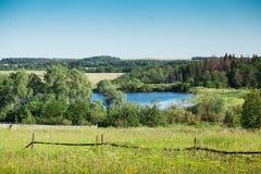 Γραφική ομαλή επιφάνεια νερού μιας λίμνης στο χωριό στοκ φωτογραφία με δικαίωμα ελεύθερης χρήσης