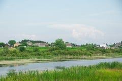 Γραφική ομαλή επιφάνεια νερού μιας λίμνης στο χωριό στοκ εικόνες