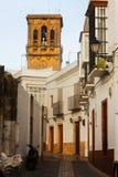 Γραφική οδός με τον πύργο κουδουνιών arcos de frontera Λα Στοκ φωτογραφίες με δικαίωμα ελεύθερης χρήσης