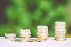 Γραφική παράσταση ανάπτυξης σωρών νομισμάτων χρημάτων με το πράσινο υπόβαθρο Στοκ Φωτογραφία