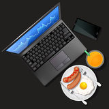 Γραφική παράσταση χρηματιστηρίου στην οθόνη lap-top και κινητό τηλέφωνο με το πορτοκάλι Στοκ εικόνες με δικαίωμα ελεύθερης χρήσης