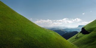 Γραφική πράσινη σειρά Hill και βουνών μια ηλιόλουστη θερινή ημέρα Περιοχή Elbrus, του βόρειου Καύκασου, Ρωσία Στοκ Φωτογραφία