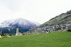 Γραφική πόλη σε ένα Vall de BoÃ, καταλανικά Πυρηναία, Ισπανία Romanesque βουνά εκκλησιών και χιονιού στο υπόβαθρο στοκ εικόνες
