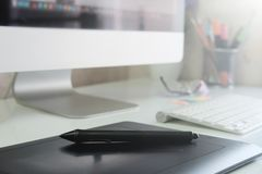 Γραφική σχεδίου γραφείων συσκευή σκίτσων ποντικιών παν στο δημιουργικό γραφείο Στοκ Εικόνες