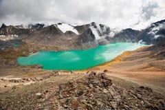 Γραφική τυρκουάζ λίμνη ΑΛΑ-Kul βουνών Λίμνη Alakol με το νεφελώδη ουρανό Τιέν Σαν Κιργιζιστάν Στοκ Φωτογραφία