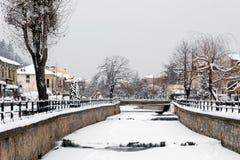 Γραφική χειμερινή σκηνή από τον παγωμένο ποταμό της Φλώρινας, μια μικρή πόλη στη βόρεια Ελλάδα Στοκ Φωτογραφίες