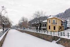 Γραφική χειμερινή σκηνή από τον παγωμένο ποταμό της Φλώρινας, μια μικρή πόλη στη βόρεια Ελλάδα Στοκ Φωτογραφία
