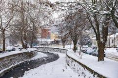 Γραφική χειμερινή σκηνή από τον ποταμό της Φλώρινας, μια μικρή πόλη στη βόρεια Ελλάδα Στοκ Φωτογραφίες