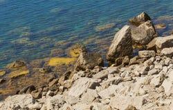Γραφικοί βράχοι κάτω από το νερό και στην ακτή Ακτή Μαύρης Θάλασσας Στοκ Εικόνες