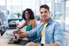 Γραφικοί σχεδιαστές που εργάζονται στον υπολογιστή στο γραφείο στοκ φωτογραφία