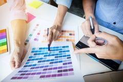 Γραφικοί σχεδιαστές που συναντιούνται για να συζητήσει τις νέες ιδέες στο γραφείο r Στοκ Φωτογραφία