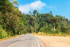 Γραφικός δρόμος στα βουνά του εθνικού πάρκου Bokor που οδηγεί στο εγκαταλειμμένο παλάτι Bokor ξενοδοχείων στο σταθμό Hill πόλεων- Στοκ Εικόνες