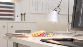 Γραφικός εργασιακός χώρος σχεδιαστών με τους οδηγούς χρώματος και μια ψηφιακή ταμπλέτα μανδρών Στοκ Εικόνα