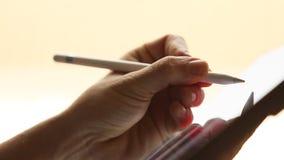 Γραφικός σχεδιαστής που επισύρει την προσοχή στην ψηφιακή ταμπλέτα με την ψηφιακή Stylus μάνδρα απόθεμα βίντεο