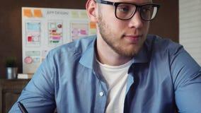 Γραφικός σχεδιαστής που σύρει το νέο σχέδιο που χρησιμοποιεί την ταμπλέτα γραφικής παράστασής του φιλμ μικρού μήκους