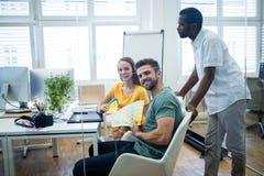 Γραφικός σχεδιαστής που συζητά πέρα από swatch χρώματος με έναν συνάδελφο Στοκ Φωτογραφία