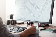 Γραφικός σχεδιαστής που χρησιμοποιούν την ψηφιακή ταμπλέτα και υπολογιστής στην αρχή ή σπίτι creative process Άνθρωποι στην εργασ Στοκ Εικόνες