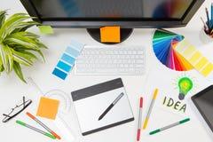 Γραφικός σχεδιαστής στην εργασία χαρακτηριστικά χρώματος εικόνας δείγματα εκτύπωσης Τύπου βιομηχανίας προ Στοκ εικόνες με δικαίωμα ελεύθερης χρήσης