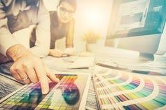 Γραφικός σχεδιαστής στην εργασία χαρακτηριστικά χρώματος εικόνας δείγματα εκτύπωσης Τύπου βιομηχανίας προ στοκ φωτογραφίες
