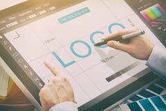 Γραφικός σχεδιαστής στην εργασία χαρακτηριστικά χρώματος εικόνας δείγματα εκτύπωσης Τύπου βιομηχανίας προ Στοκ Εικόνα