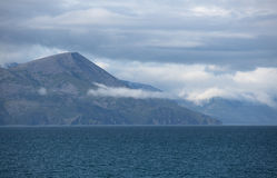 Γραφικό βόρειο shorescape με τους λόφους που καλύπτονται με τον Στοκ Φωτογραφία