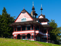 Γραφικό εφοδιασμένο με ξύλα εξοχικό σπίτι Mamenka βουνών στο σλαβικό λαϊκό αρχιτεκτονικό ύφος αποχώρησης Στοκ Εικόνα