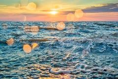 Γραφικό ηλιοβασίλεμα πέρα από την μπλε θάλασσα Στοκ Φωτογραφίες