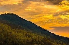 Γραφικό ηλιοβασίλεμα στα βουνά Altai, Ridder, Καζακστάν Στοκ Φωτογραφίες