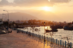 Γραφικό ηλιοβασίλεμα στο λιμάνι Nha Trang Στοκ εικόνα με δικαίωμα ελεύθερης χρήσης