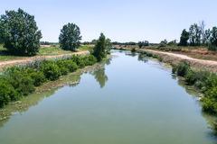 γραφικό κανάλι d'Arles ένα Fos στη Γαλλία Στοκ Εικόνα