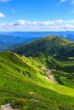 Γραφικό Καρπάθιο τοπίο βουνών το καλοκαίρι, άποψη από το ύψος, Ουκρανία Στοκ Εικόνα