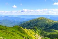 Γραφικό Καρπάθιο τοπίο βουνών το καλοκαίρι, άποψη από το ύψος, Ουκρανία Στοκ Φωτογραφία