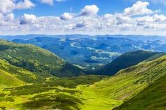 Γραφικό Καρπάθιο τοπίο βουνών το καλοκαίρι, άποψη από το ύψος, Ουκρανία Στοκ φωτογραφία με δικαίωμα ελεύθερης χρήσης